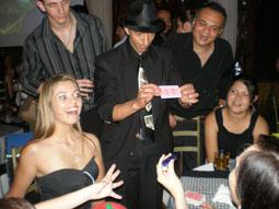 Mágico fazendo mágica close-up em aniversário adulto