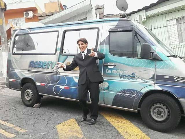 Atores Performáticos caracterizados de Silvio Santos em Programa de Televisão