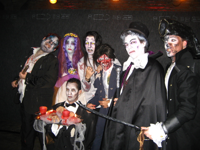 Atores Performáticos caracterizados de Monstros em Evento Halloween